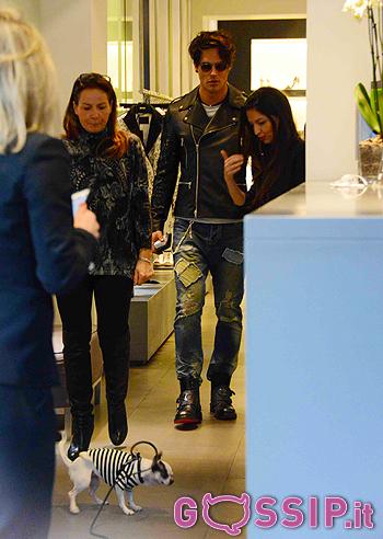 Gabriel Garko nella boutique Richmond con Alessandra Moschillo