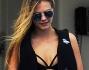 Anche Cara Delevingne ha optato per un bikini nero molto sexy che mette in risalto il suo fisico da modella