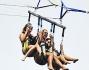 Cara Delevingne e Selena Gomez alle prese con il parasailing, un paracadute trascinato in acqua da un motoscafo