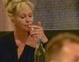 Melanie Griffith si accende una sigaretta mentre chiacchiera con l'amico e collega Matt Dillon