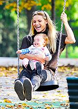 Michelle Hunziker, sposina incinta sull'altalena con Sole: foto