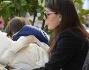 Ilaria d'Amico culla il piccolo Leopoldo Mattia mentre il primogenito fa merenda