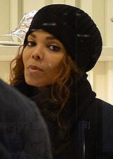 Janet Jackson, shopping-lampo a Milano: le foto