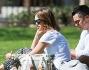 Jessica Alba al parco col marito Cash Warren e le due piccole si gode la giornata di sole