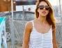 Jessica Alba, passeggiata in famiglia a Malibu, ma la stanchezza si fa sentire e ci scappa uno sbadiglio: foto
