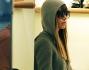 Jessica Biel si mimetizza con cappuccio ed occhiali da sole nella boutique di Stella McCartney