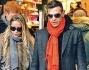 Gianni Sperti tiene teneramente per la mano la piccola Ginevra insieme a Karina Cascella