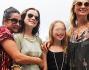Kate Moss durante una foto ricordo con la famiglia in visita a Rio De Janeiro