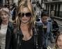 Kate Moss assediata dai paparazzi insieme alla figlia Lila Grace dopo la mostra