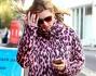 Kate Moss con una pelliccia ecologica rosa con stampa leopardata