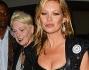 Kate Moss si � presentata all'appuntamento mondano indossando un top in pelle nera che evidenziava il suo decollet�