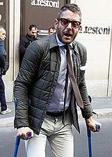 Lapo Elkann a Milano con le stampelle accompagnato da una 'girl': foto