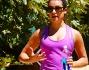 Lea Michele in canotta rosa, leggings sportivi e scarpe da ginnastica