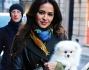 Leila Ben Khalifa bellissima e chic a spasso con Luna la cucciola di Volpino di Pomerania