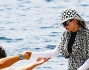Abito maxi lungo tanto da coprire le gambe, scarpe da ginnastica, cappello, maglia girocolo e maniche lunghe per Madonna sulle coste di Ibiza