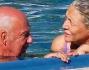 Qualche chiacchiera a bordo piscina per stemperare le temperature bollenti: Mara Venier e Nicola Carraro