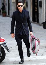 Marco Borriello elegante in centro a Milano: le foto