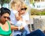 Ale con Mia in braccio agile sale sul taxi nautico verso Formentera