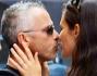 Si salutano con un dolce bacio prima di riprendere la loro giornata lavorativa: Eros Ramazzotti e Marica Pellegrinelli