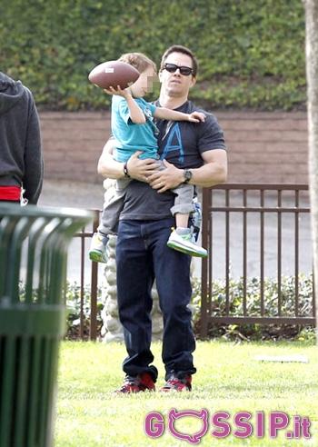 Mark wahlberg al parco con il figlio brendan foto e gossip - Donare un immobile al figlio ...