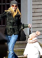 Martina Stella a spasso con la figlia Ginevra: foto