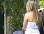 Carlo Vanzina e Martina Stessa scambiano qualche chiacchiera tra una pausa e l'altra mente l'attrice culla la piccolina