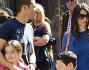 Tampinato dai paparazzi durante la passeggiata con la famiglia: Massimiliano Ossini