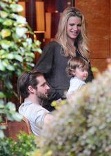 Michelle Hunziker a pranzo a Milano con Tomaso e la piccola Sole: le foto