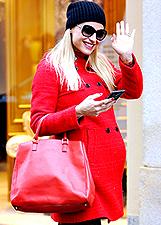 Michelle Hunziker, shopping 'in red' e poi al parco con Sole: foto