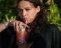 Michelle Rodriguez sorseggia un fresco coctktail nella piscina dell'Eden Roc Hotel a Cannes