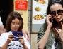 Nina Moric al telefono mentre il figlio Carlos non si stacca nemmeno per un secondo dal videogioco