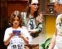 Nina Moric dopo la smentita dei tagli sui polsi appare come al solito serena accanto al figlio Carlos
