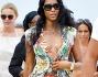 Naomi Campbell in mise da spiaggia floreale con bikini fantasia e sandali neri