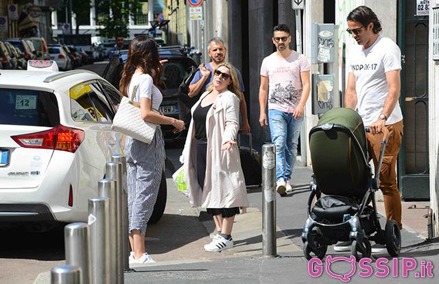 Alessandro Matri e Federica Nargi con Sofia per le vie di Milano