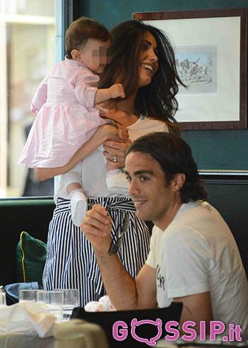 Federica Nargi con la piccola Sofia in braccio a pranzo con il compagno Alessandro Matri