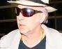 Nicolas Cage irriconoscibile con capelli bianchi che nasconde sotto un panama ed occhiali scuri