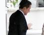 Nicolas Sarkozy esce dalla clinica dopo aver fatto visita a Carla Bruni e alla nuova arrivata Dalia