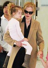 Nicole Kidman torna a casa dopo i funerali del padre, l'attrice all'aeroporto di Los Angeles con Keith Urban e le loro due figlie: foto