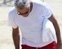 Francesco Rutelli si ferma ad osservare un detrito sulla spiaggia che ha catturato la sua attenzione