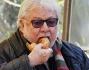 Paolo Villaggio addenta goloso la ciambella piena di zucchero incurante dei paparazzi che lo stanno osservando