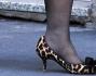 Patrizia Reggiani opta per un paio di scarpe maculate con tanto di fiocco sotto al suo cappotto cammello