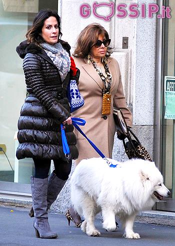 bd3bf106a2 Patrizia Reggiani a spasso per Milano insieme alla figlia ed il cane ...