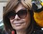 Patrizia Reggiani si fa immortalare con il suo fido pappagallo appollaiato sulla spalla