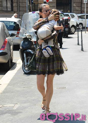 Marica Pellegrinelli con il piccolo Gabrio Tullio in braccio