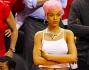 Rihanna ha di nuovo cambiato look: eccola con caschetto e capelli rosa insieme all'inseparabile amicaMelissa Forde