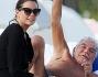 Roberto Cavalli si accorge dei paparazzi e li saluta: eccolo con Lina Nilson