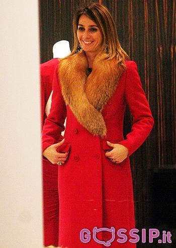 8e7ab630ab Un cappotto rosso con collo in pelliccia per Rozsa Tassi che chiede ...