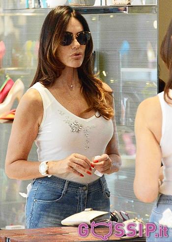 Rossella barattolo, la moglie di claudio baglioni fa shopping a milano