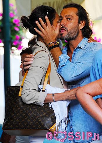 Bacio passionale 'spontaneo' tra Kamini Chin Loy e Rossano ...