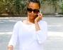 Zoe Saldana ha scelto un look comodo abbinando alle scarpe da ginnastica i leggings sportivi e una maglia bianca a maniche lunghe